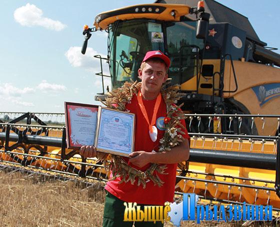 Комбайнер агрокомплекса «Яновичи» Евгений Кухарев первым в Витебском районе среди молодежных экипажей намолотил тысячу тонн зерна