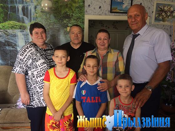 На снимке: Владимир Свиридов (справа) и Ирина Губская в семье Тереховых