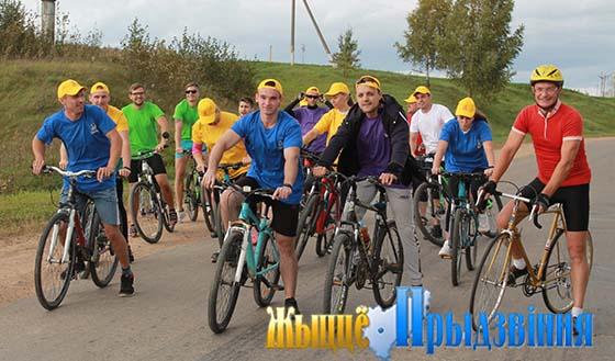 На снимке: участники заезда готовятся к старту