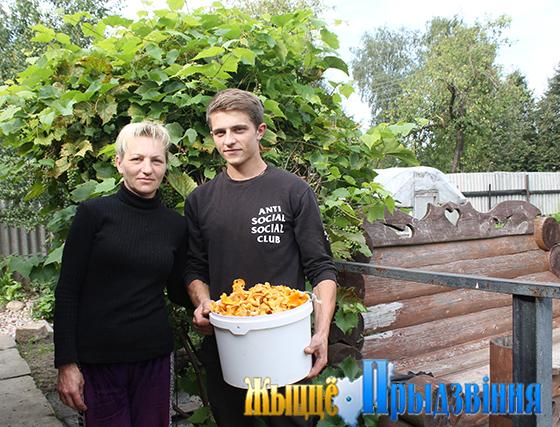 На снимке: Людмила Нестеренко с сыном Александром