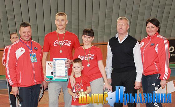 На снимке: семья Крупатиных с судьями.