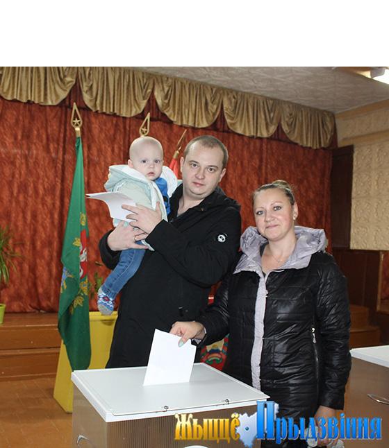 На снимке: На снимке: молодая семья Слижовых голосует