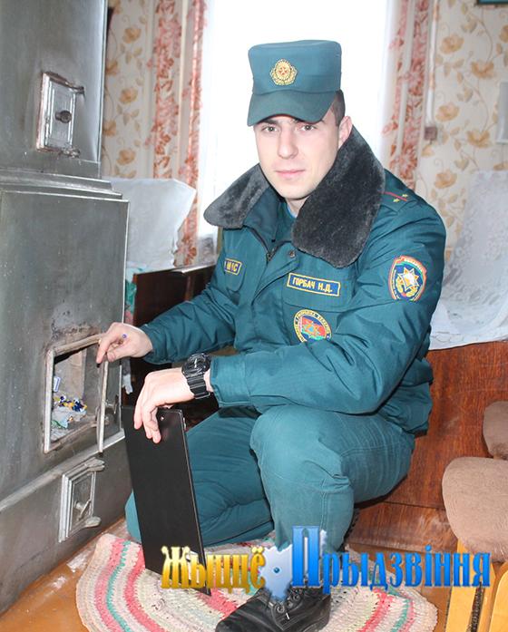 На снимке: Никита Горбач проверяет печь.