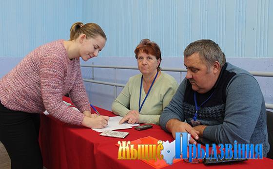На снимке:   Ольга Большакова и члены комиссии Любовь Бутьянова и Владимир Камаровский