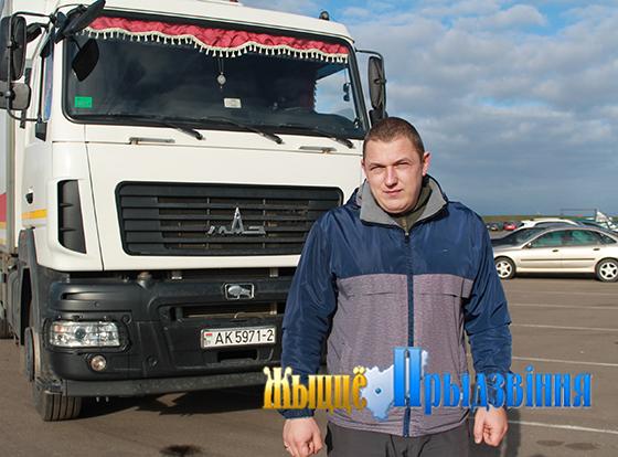 На снимке:                                            лучший среди водителей автомобилей ГАЗ-3309 Артур Ходкин.