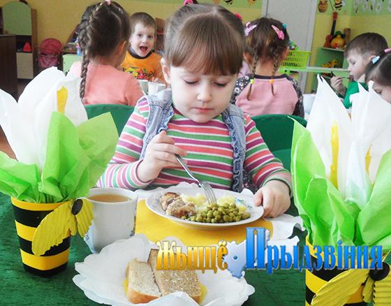 На снимке видно, что у воспитанников Кировского ясли-сада всегда хороший аппетит.