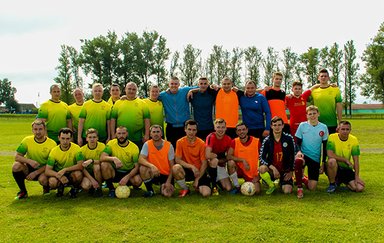 На снимке: участники футбольного чемпионата.