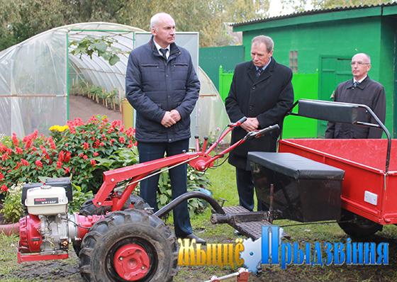 На снимке:  председатель райисполкома   Геннадий Сабынич и Александр   Велитченко   ознакомились с новым   самоходным   мотоблоком.