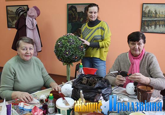 В преддверии Нового года в аг. Кировская на базе библиотеки состоялся мастер-класс по созданию топиария