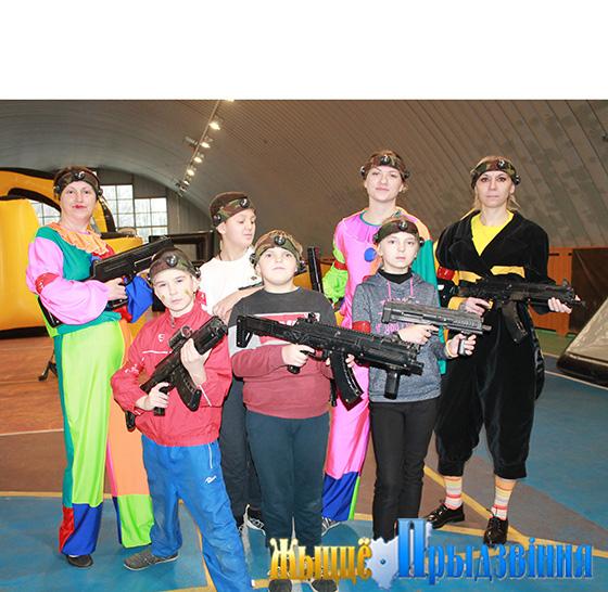 На снимке: юные участники соревнований со сказочными персонажами