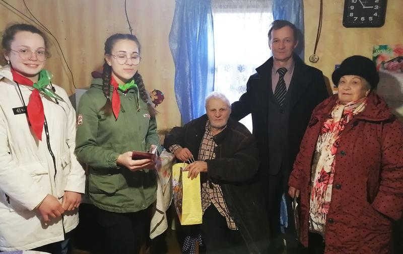 На снимке: Анатолий Самарин, Иван Рымарев, Любовь Абраменко и школьницы.