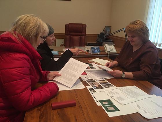 На снимке: Ирина Полякова (слева) общается с жительницами аг. Ольгово.
