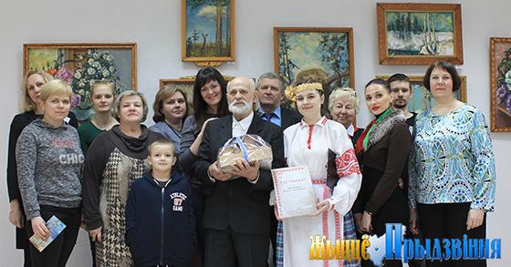 На снимке:  Виктор Родченко с первыми посетителями выставки.