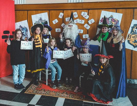 На снимке: «Волшебные» учителя Хогвардса со своими учениками.