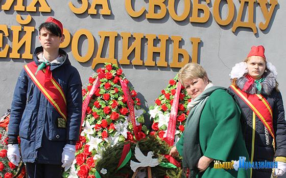 На снимке: Наталья Соколовская и пионеры у Венка славы.
