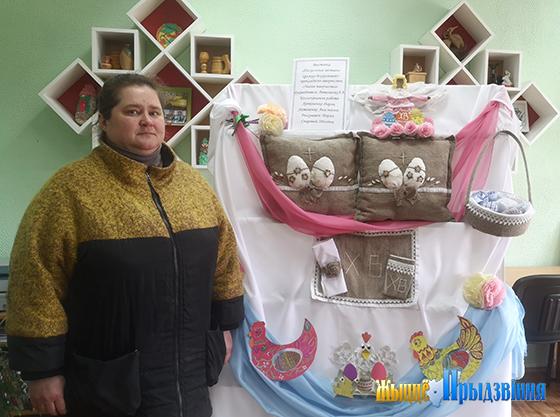 На снимке: одной из первых посетила выставку Алеся Васильева.