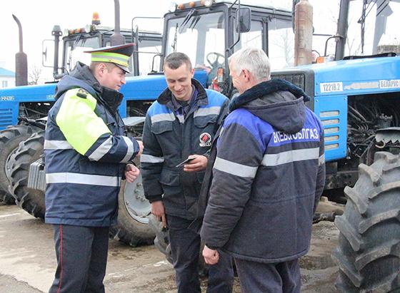 На снимке: Илья Войтов на машинном дворе в филиале СХП «Мазоловогаз».