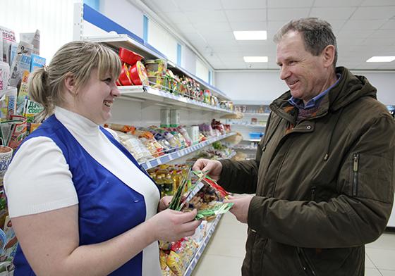 На снимке:  Екатерина Рубенкова и Александр Велитченко    на отделении почтовой связи