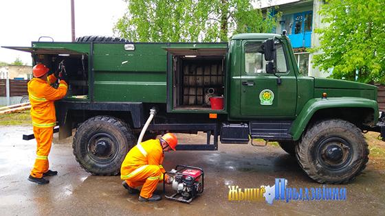 На снимке: работники лесхоза демон-стрируют готовность техники.