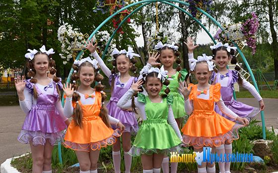 На снимке:  воспитанники ансамбля танца «STREKOZA».