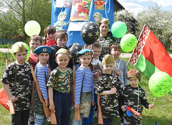 На снимке: юные участники «Зарнички» с Оксаной Дармостук.