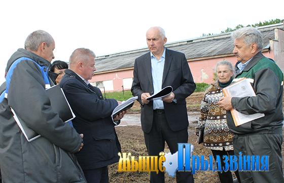 На снимке: Геннадий Сабынич (в центре) с участниками штаба.