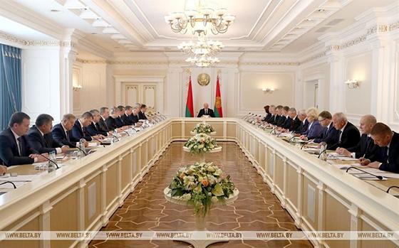 Президент провел совещание с руководством экономического блока Беларуси