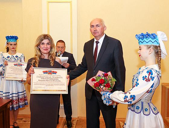 На снимке: Геннадий Сабынич вручает Почетную грамоту райисполкома Наталье Никитенко.