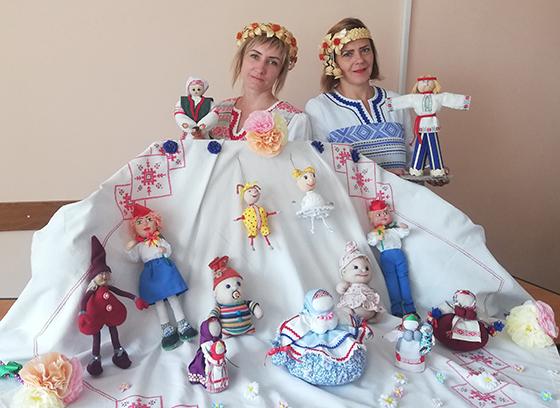 Некалькі дзясяткаў лялек прадстаўлена на выставе ў Мазалаўскім доме культуры Віцебскага раёна