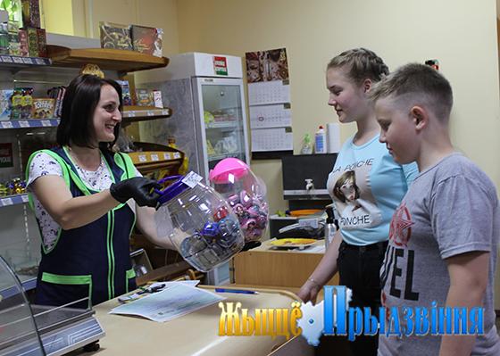 На снимке: Анжела Шулькова с постоянными покупателями.
