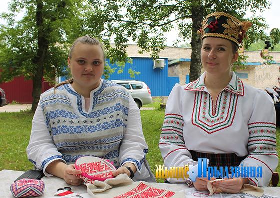 На здымку: Анастасія Вусько і Вольга Бальшакова.