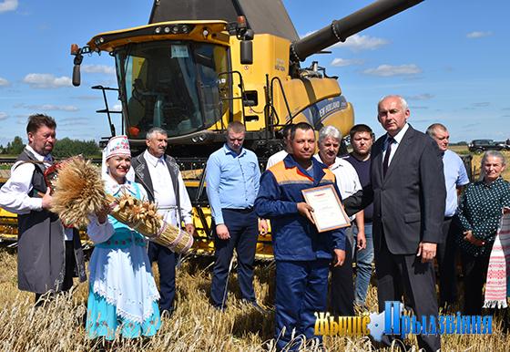 Первые экипажи-тысячники на жатве появились в Витебском районе