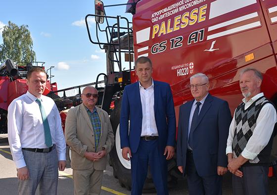На снимке: Михаил Придыбайло (второй справа)и руководство ОАО «Витебский мясокомбинат» во время передачи техники