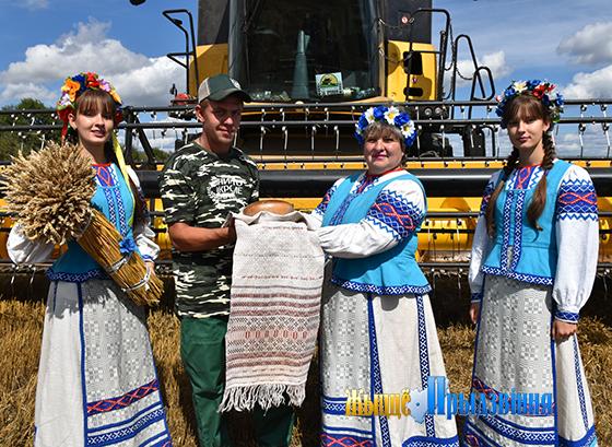 На снимке: поздравление — старшему комбайнеру Евгению Кухареву.
