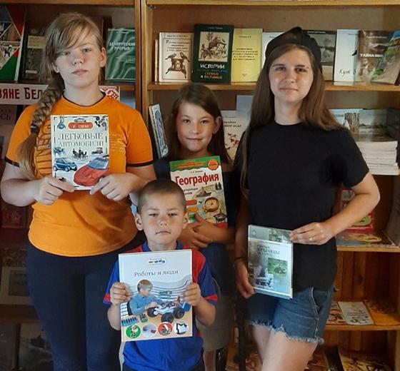 На снимке: юные читатели библиотеки.