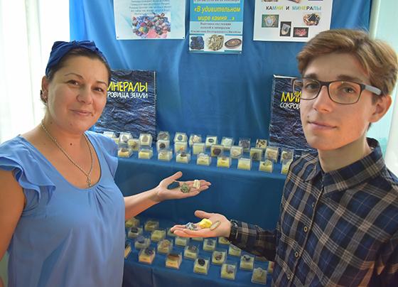 В Васильковском сельском клубе-библиотеке по 20 сентября продлится выставка под названием «В удивительном мире камня»