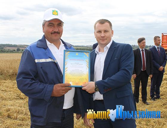 На снимке:  Андрей Балыш вручает Благодарность  Виктору Козлову.