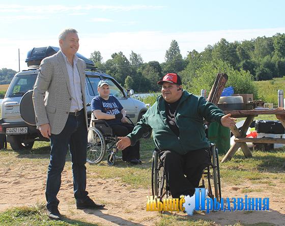 На снимке: заведующий сектором спорта и туризма райисполкома  Николай Жарненко и Эдуард Аветисян.