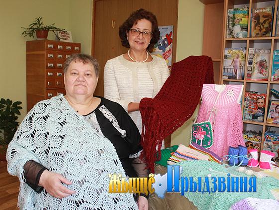 На снимке: Лилия Григорьева и Вера Деденкова на выставке.
