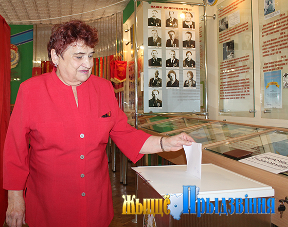 На снимке: голосует Надежда Якимович.