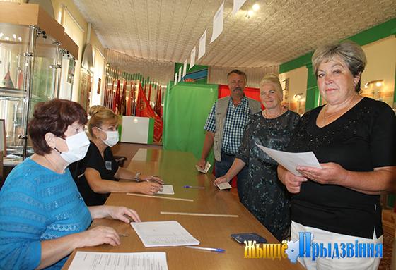 На снимке: за получением бюллетеней выстроились Надежда, Любовь  (в девичестве Колосовы) и Виктор Иванович.