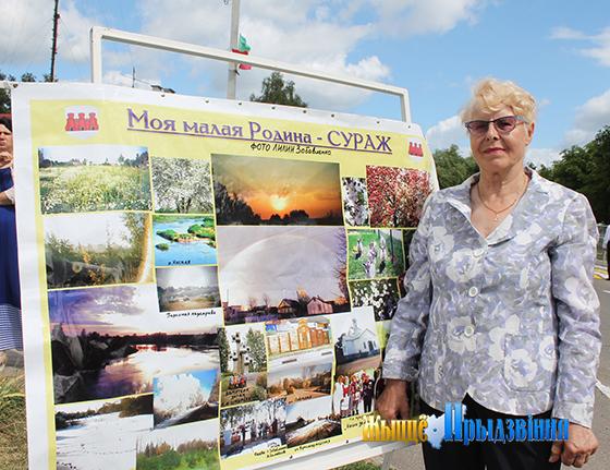 На снимке:  Лилия Забавленко со своими фотоработами.