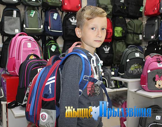 На снимке: выбираем рюкзак к школе.
