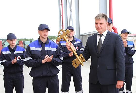 На снимке: символичный ключ от завода у главы сельхозфилиала Романа Бабаева.