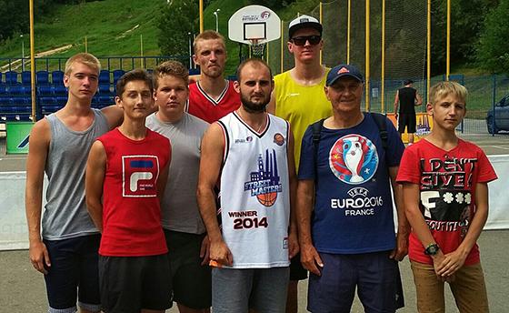 На снимке: Владимир Сазоник со своими учениками.