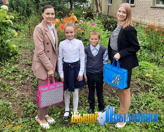 На снимке: представители СПЦ с детьми  из семьи Манохиных.