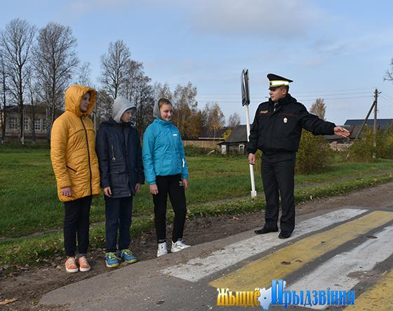 На снимке: Александр Кухарев проводит профилактическую беседу с учащимися Ольговской школы.