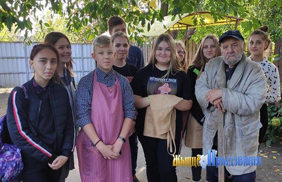 На снимке: Николай Иванов с волонтерами.