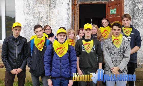 На снимке: волонтеры на культовом объекте.