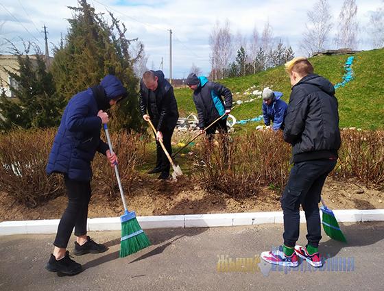 Субботник по благоустройству провели учащиеся и педагоги Старосельской школы Витебского района
